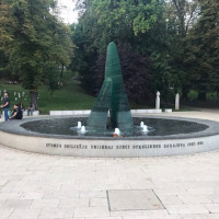Sarajevo tra passato e presente, bella malinconica e sospesa. Monumento in ricordo dei bambini morti nell'assedio.
