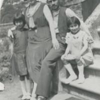 A Dunkerque nel 1936 poco prima di partire per la Spagna con la moglie e due sorelle