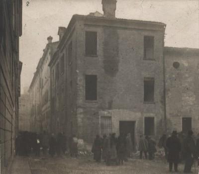La Camera del lavoro socialista assaltata ed incendiata dai fascisti dopo gli incidenti nel corso dei funerali di Ruini