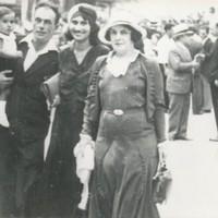 A Barcellona nel 1932, con la moglie, la sorella Siberia e il cognato Renzo Cavani che ha in braccio il figlio Jacques