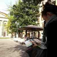 Sara Menetti, agli acquerelli, davanti alla Sinagoga
