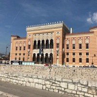 Sarajevo tra passato e presente, bella malinconica e sospesa. La Vijećnica, Biblioteca nazionale.